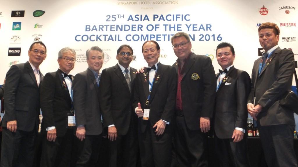 国際カクテル大会終了に、シンガポール&ソムリエ協会(ABSS)の役員の方々と、泡盛マイスター協会(AMA)の新垣会長ほか。