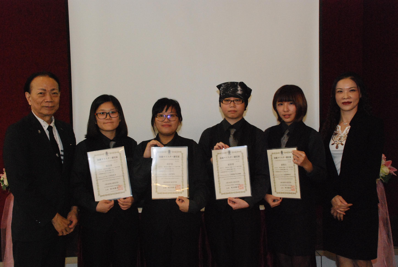 泡盛マイスター協会の新垣勝信会長が、成績優秀だった上位4人を特別表彰した。
