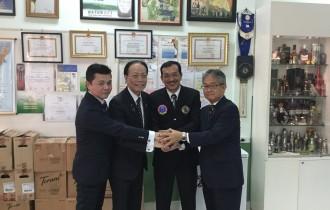 NPO法人サイゴンバーテンダー協会のポウ・タン・シー理事長(右から二番目)と泡盛マイスター協会会長の新垣勝信(左から二番目)。