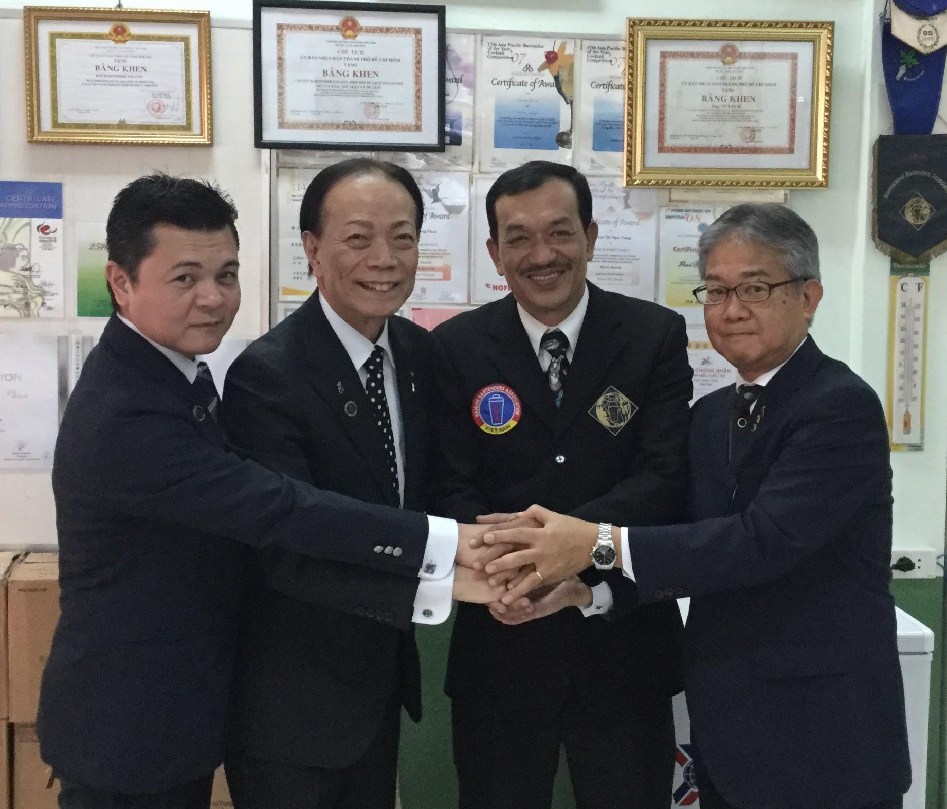カクテルコンテストへの審査員と選手派遣で合意したボウ理事長(右から2人目)と新垣会長(同3人目)